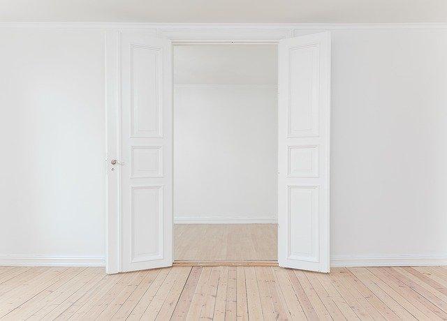 Drzwi drewniane – jak znaleźć idealne i co zdecydowanie powinno się wziąć pod uwagę?